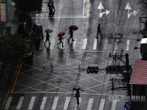 傘を差す北部・新北市の人々