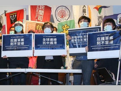 政府の香港人支援強化を訴える民間団体のメンバーら