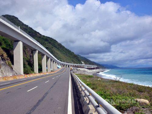 28日に供用が始まった全長約2.7キロの高架橋=台湾東部・台東県