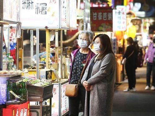 マスク姿でナイトマーケットを散策する人たち
