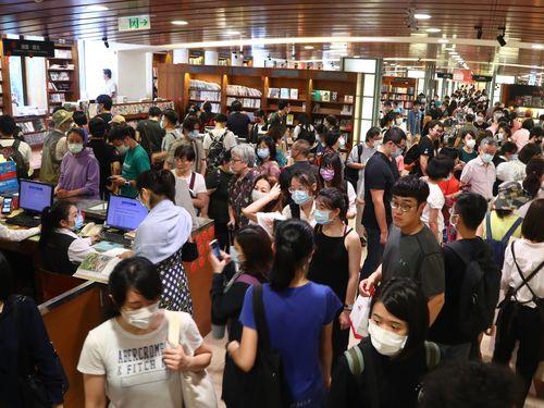 複合型書店「誠品敦南店」に殺到する人々