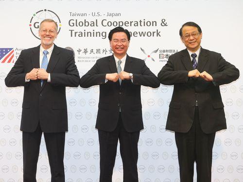 左からブレント・クリステンセンAIT台北事務所所長、呉釗燮外交部長、泉裕泰・日本台湾交流協会台北事務所代表
