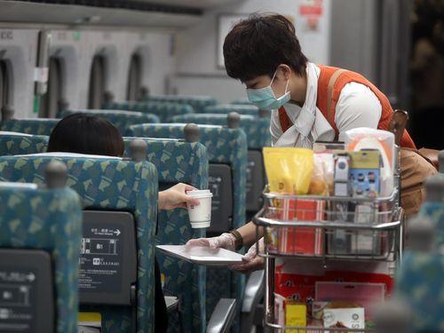 熱い飲み物を売る台湾高速鉄道の職員=資料写真