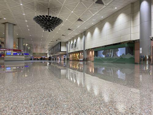 桃園空港第2ターミナルの到着ロビー=2020年2月14日撮影