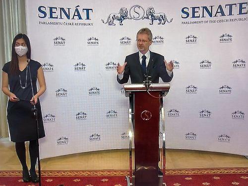 台湾訪問を発表するチェコ上院のビストルチル議長(右)