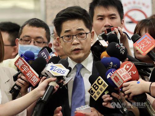 記者の質問に答える黄健庭氏