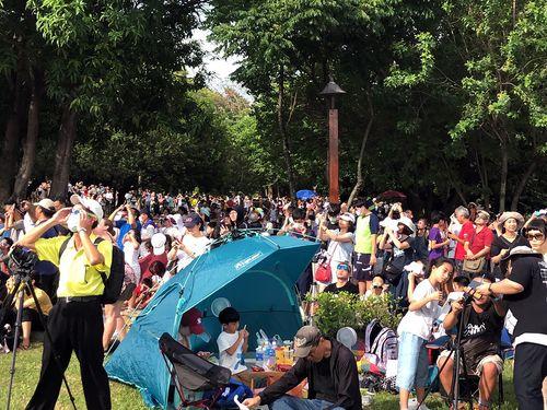 金環日食を観測しようと嘉義市に殺到する人々