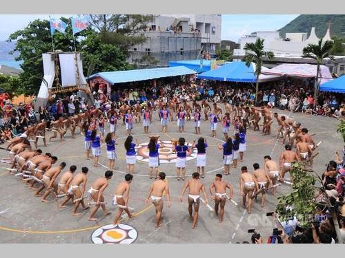 豊年祭で踊りを披露するタオ族の男女=紅頭社区発展協会提供