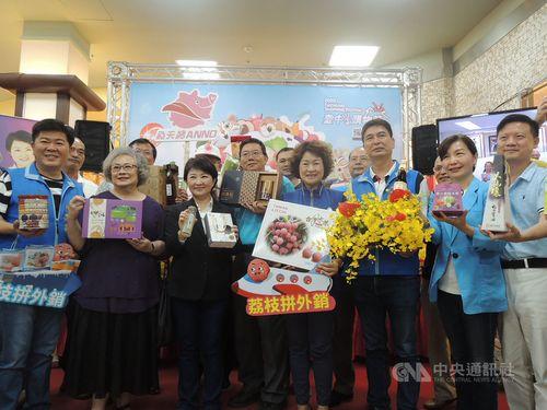 台中市の農産物をPRする盧市長(前列左3)ら