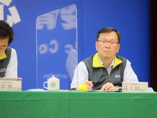 会見に臨む中央感染症指揮センターの荘人祥報道官(右)=同センター提供