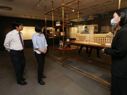 左から頼副総統、蔡総統=24日、台北市