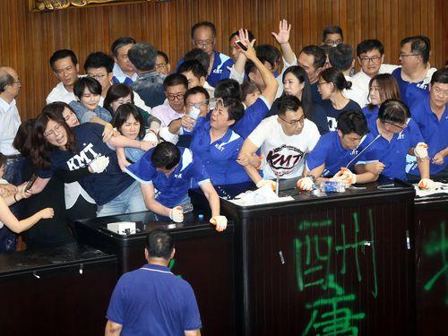 議長席を奪い合う与野党
