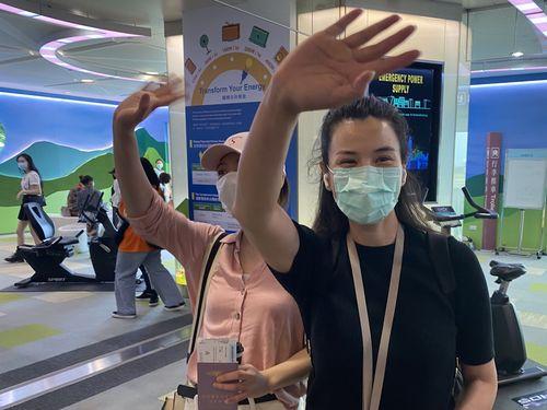 3日午前、桃園空港から台湾を離れる中国「東南衛視」の記者2人