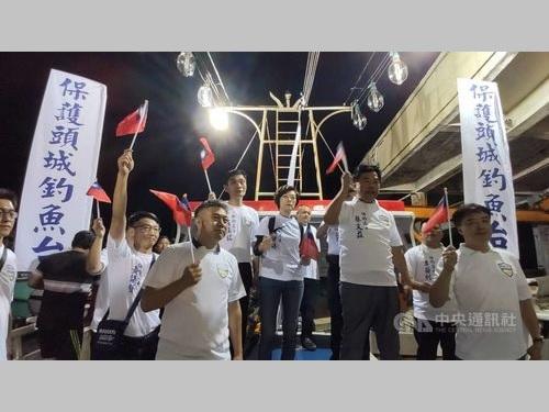 中華民国国旗小旗を振る「頭城釣魚台保護弁公室」のメンバーら=同弁公室提供