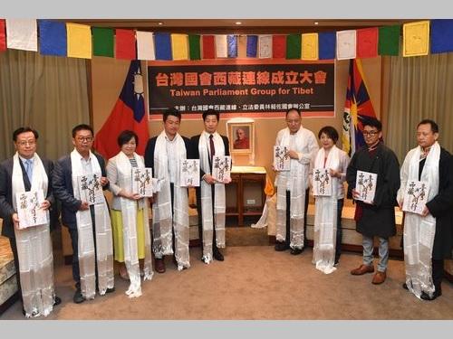 台湾国会チベット連線の林会長(左から5人目)やメンバーの議員ら
