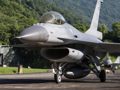実弾演習「漢光36号」に参加するF16戦闘機=国防部提供