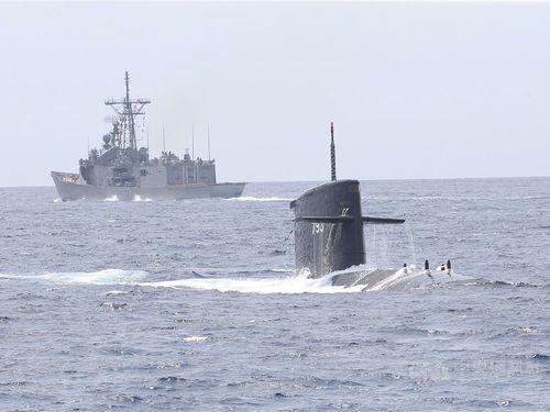 剣竜級潜水艦(手前)=資料写真