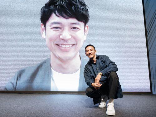 チャン・チェンとスクリーンに映る妻夫木聡=台北金馬映画祭実行委員会提供