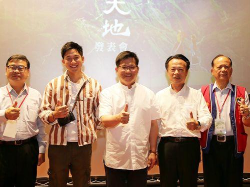 阿里山のPR映像「神話の大地」の発表会に臨む小林さん(左2)、林交通部長(中央)、翁嘉義県長(右2)