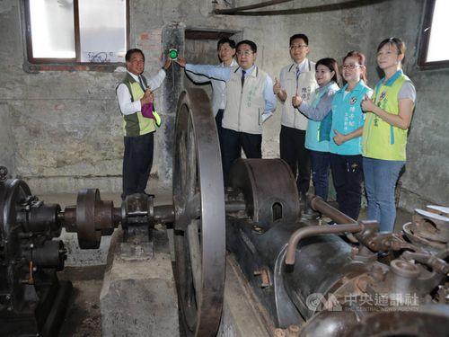 修復されたポンプ場を視察する黄台南市長(右から5人目)ら