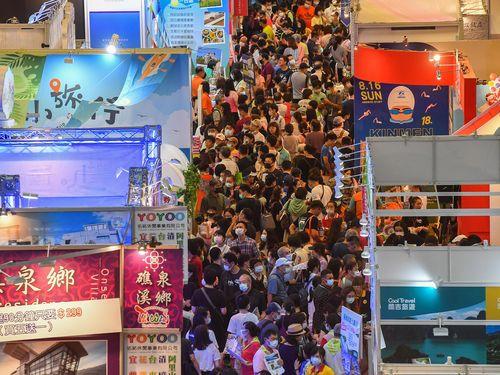 来場者で埋まる「台北夏季旅展」(サマー・トラベル・エキスポ)の会場=7月19日、世界貿易センター1号館
