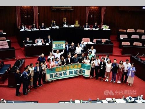 「国民裁判官」法案の可決を喜ぶ与党・民進党の立法委員(国会議員)ら
