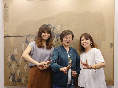 ラジオ番組に出演する唐美雲さん(中央)=中華文化総会提供
