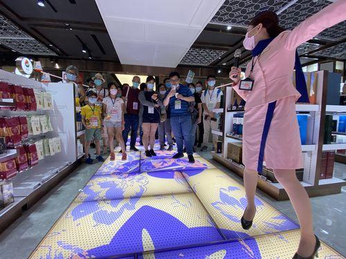 桃園空港内の観光イベントに参加する人々