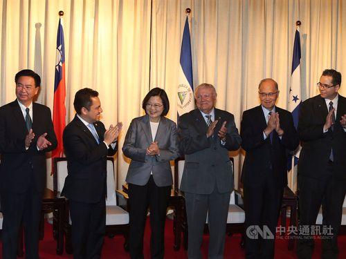中米諸国の独立198周年記念式典に出席したタピア氏(右3)と蔡英文総統(右4)=2019年9月