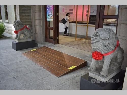 台中市内の旧帝国製糖本社事務所前に戻されたこま犬