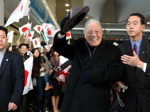 7日間にわたる日本訪問を終え、関西空港で李登輝友の会のメンバーや在日台湾人ら約500人に見送られ、台湾への帰路につく李登輝氏=2005年1月撮影