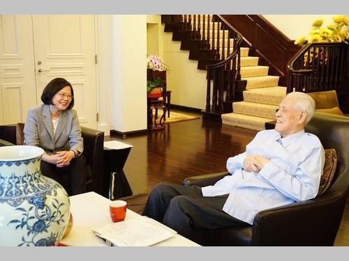 蔡総統(左)と台北市内の自宅で面会する李元総統=2018年9月、蔡氏のフェイスブックから