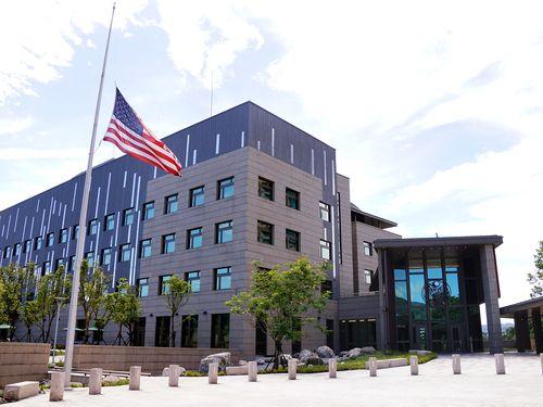 米国在台協会(AIT)台北事務所の半旗=同協会提供