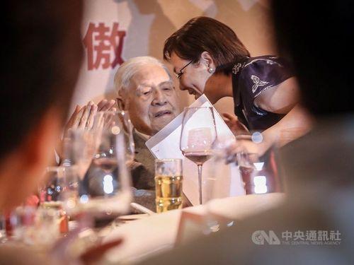 李登輝氏(左)と次女の安妮さん。「李登輝基金会」の募金パーティーで=昨年10月、台北市