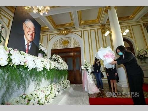 李氏の遺影を前に献花する蔡総統