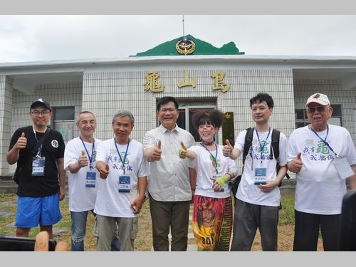 左から亀貝康明さん、亀山勇男さん、江阿亀さん、林佳龍交通部長、蔡蠵亀さん、亀田俊和さん、呉亀雄さん