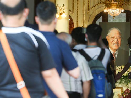 李登輝元総統の冥福を祈ろうと列に並ぶ人々