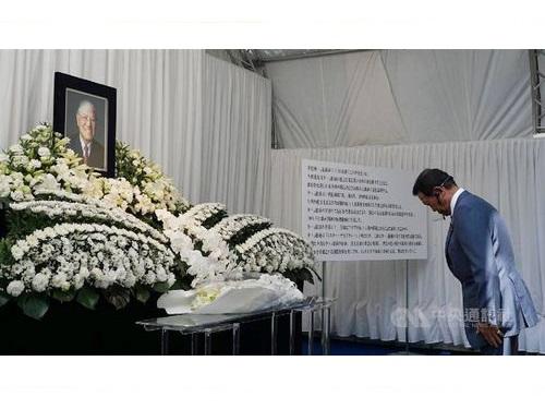 李登輝元総統の遺影に頭を下げる麻生太郎副総理