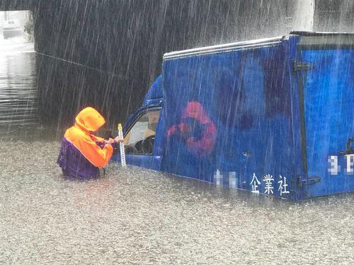 浸水する北部・桃園市内の道路=同市消防局提供
