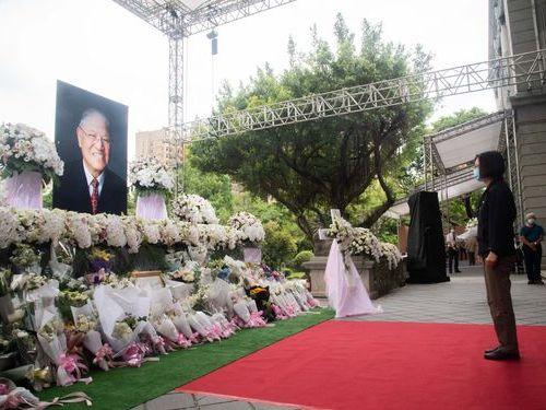 1日に続き4日にも追悼会場を訪れる蔡総統