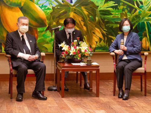 蔡英文総統(右)と会談した森喜朗元首相(左)