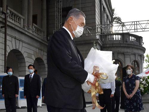 李登輝元総統の遺影に献花する 森喜朗元首相