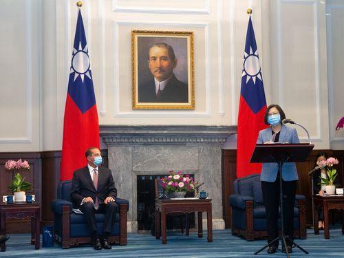 蔡英文総統(右)と面会する米アザー厚生長官