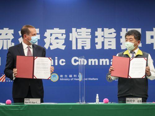 台米間の医療や衛生の協力に向けた覚書締結式に立ち会った陳時中衛生福利部長(右)とアザー厚生長官