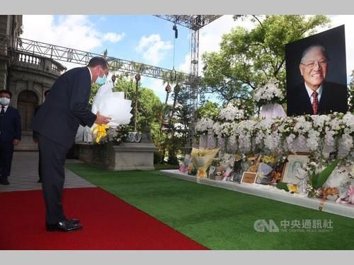 李元総統の遺影の前で献花するアザー米厚生長官