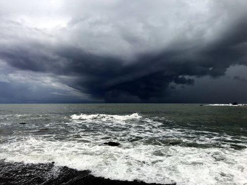 台東沖の上空に渦巻く厚い雲=読者提供