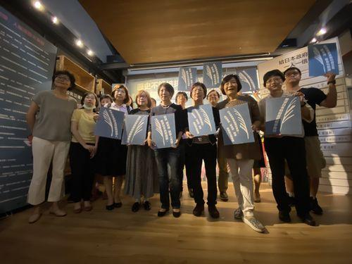 14日の記者会見に臨む婦女救援基金会の関係者ら