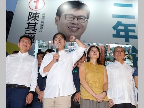 勝利宣言を行う陳其邁氏(前列左から2人目)