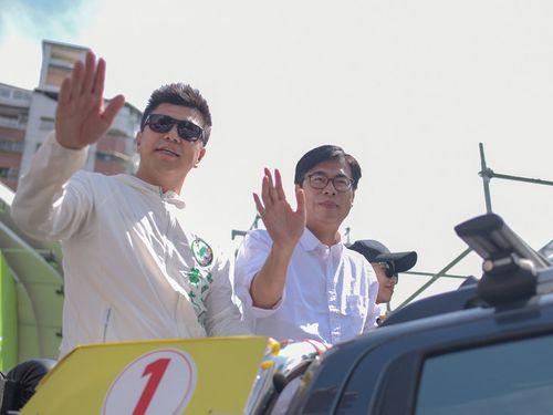 当選から一夜明けた16日、支持者らに感謝する陳其邁氏(右)