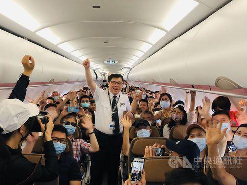 乗客たちと記念撮影を撮るスターラックス航空の張国煒董事長(中央)=同社提供